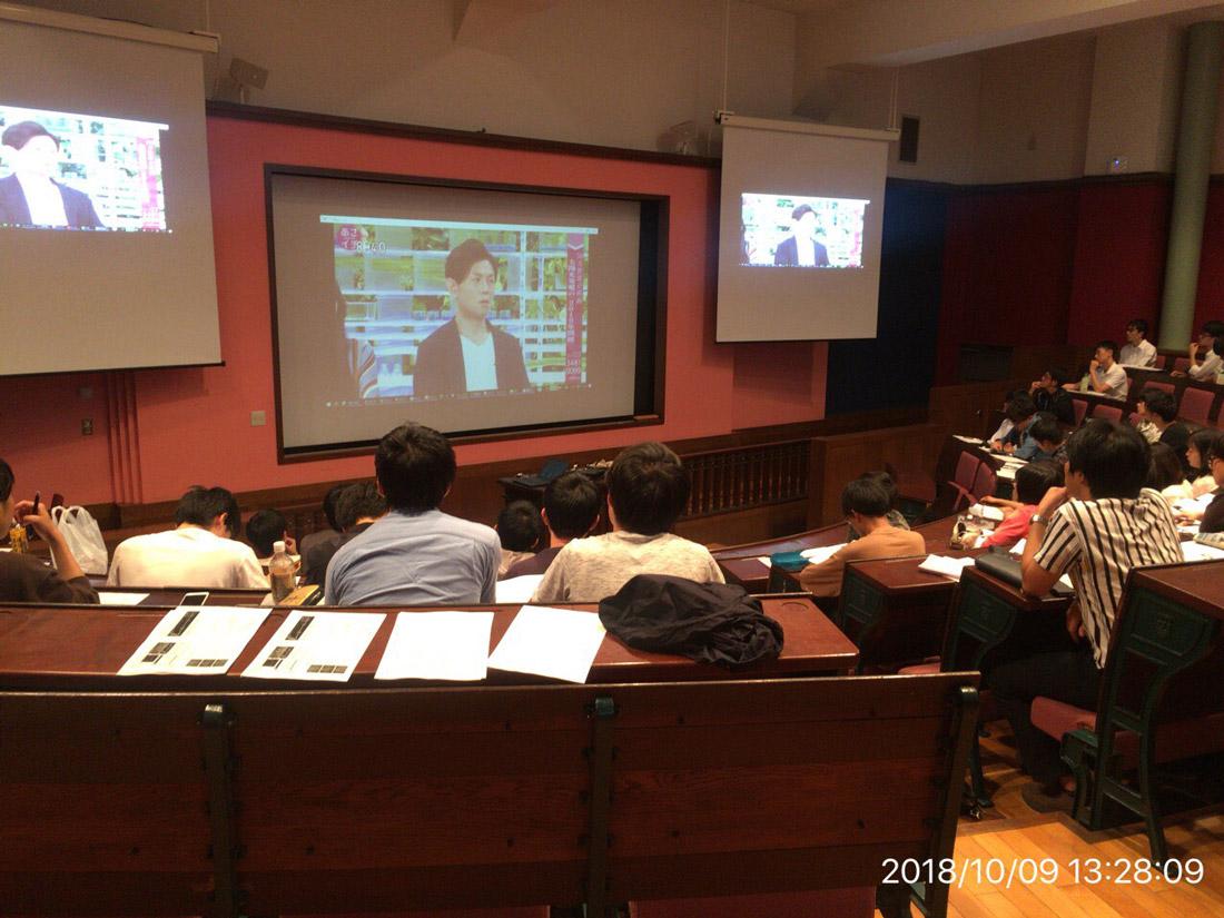 東京大学准教授の前真之さんが行う授業風景