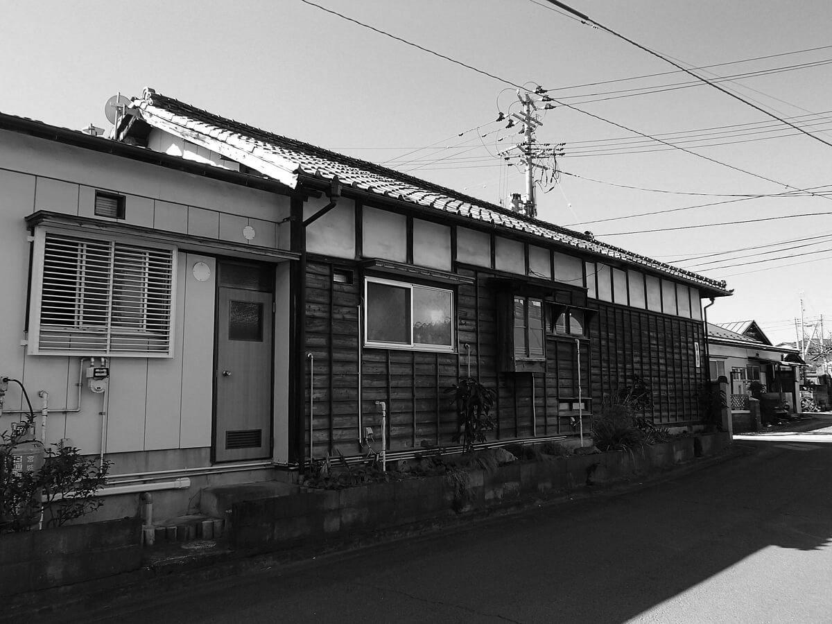 昔ながらの日本家屋を感じさせる木造平屋建ての住宅。過去に一度増築がなされていたが、住まい手の減ったこれからの生活にはその広さも部屋数も冗長であった。断熱材がまったくない土壁の家であるため隙間風も多く、屋根の不具合からくる雨漏りにも長年悩まされていた