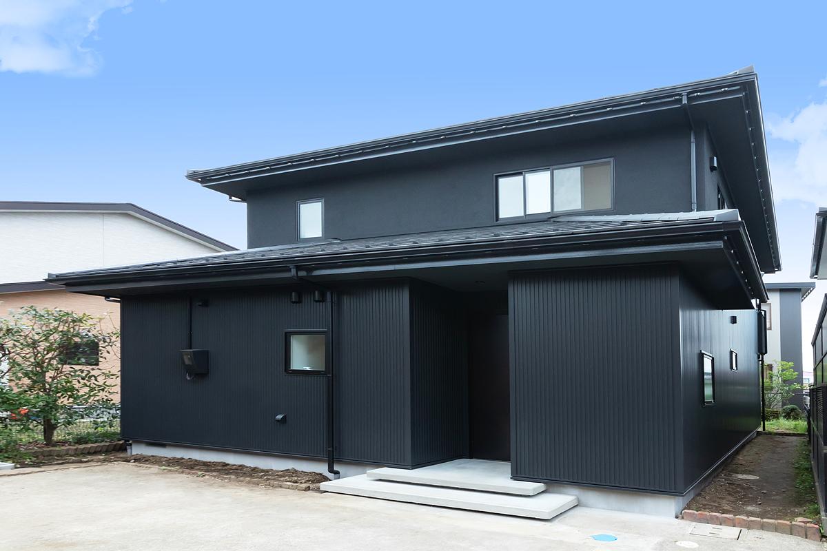 STAPらしい黒いルックスが印象的。1階はガルバリウム、2階は塗装仕上げ