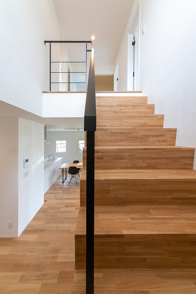 木とアイアンが美しいシンプルな階段