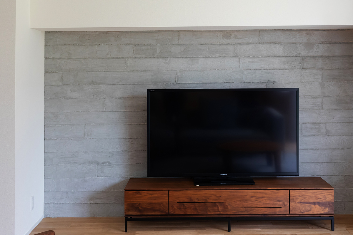 素材の質感を生かしたモルタル仕上げの壁