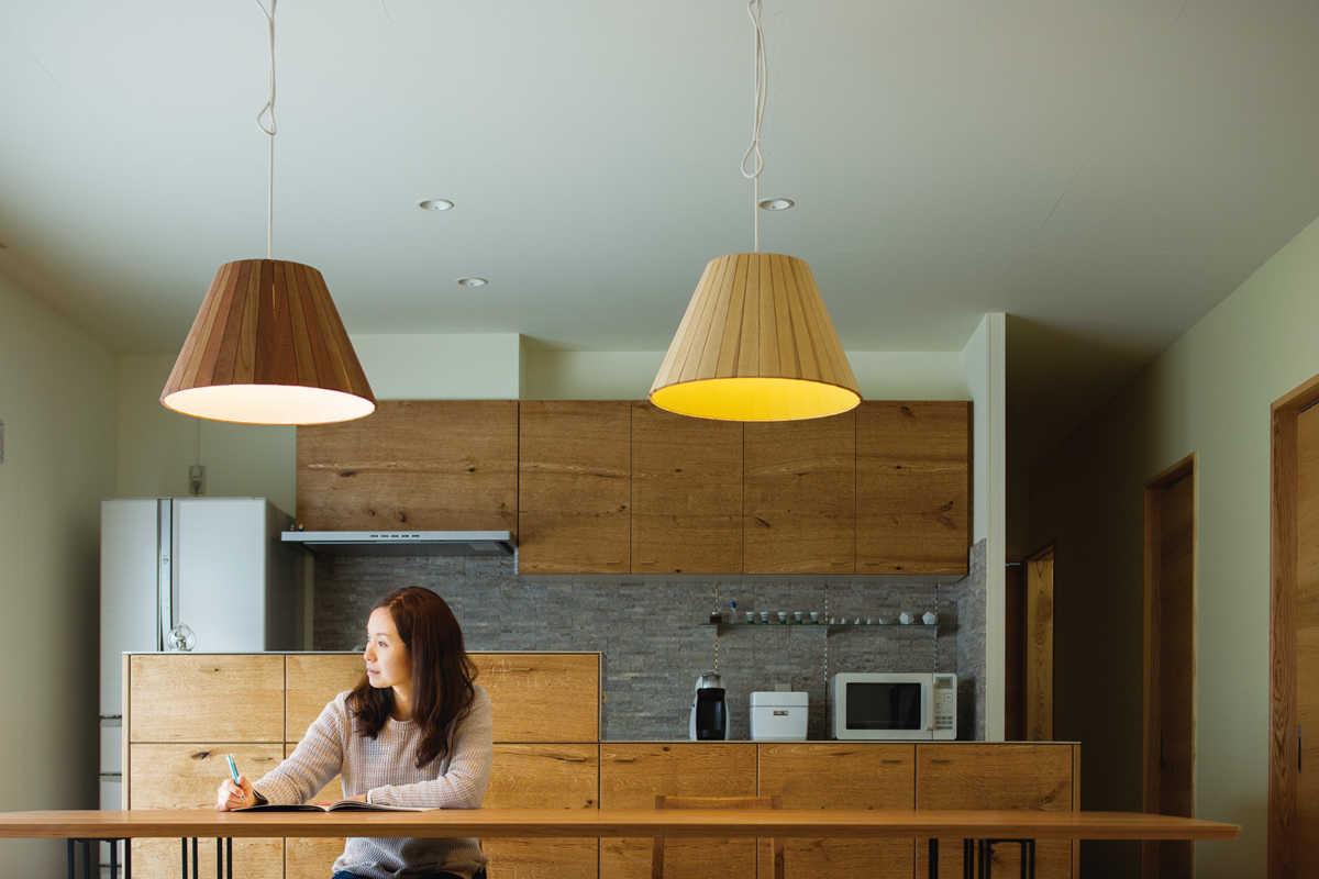 厚みのある木のシェードは、光を透過せずにテーブルをまっすぐに照らす