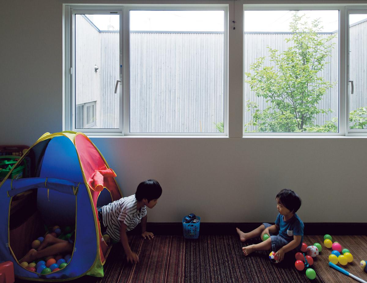明るく、目の前には庭木と空が広がる子ども部屋は、将来2部屋に仕切ることもできる。秋になれば紅葉し、春には花を咲かせる、四季の移ろいが側にある暮らし