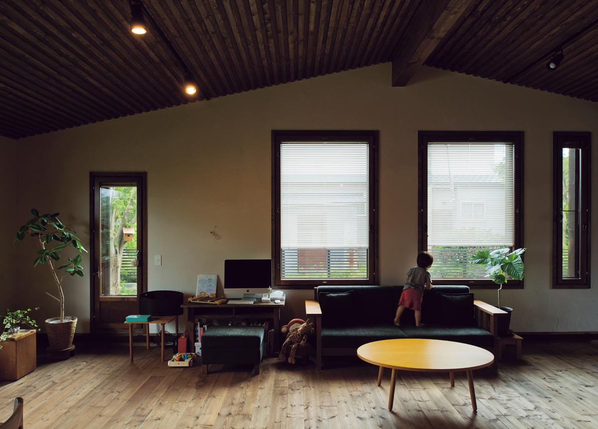 屋根なりの天井で室内空間を最大限に活用。床から天井までの高さは、一番高いところで3.4m、低いところで2.4mほど。水平方向の視界が広いので、窮屈さはまったく感じない。窓は主な用途が明確化されており、右端が通風用、その隣の2枚は採光用、左端は庭への出入りのためのもの