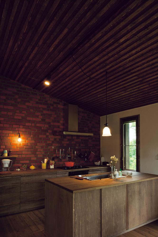 木、レンガ、石こうの塗り壁など、月日とともに緩やかに味わいが深まる自然の素材を用いた室内。キッチンも既製品ではなく、製作とすることでコストも抑えられている