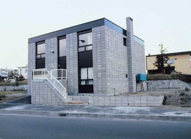 2. ブロック2重積みの家(設計:鈴木憲三)