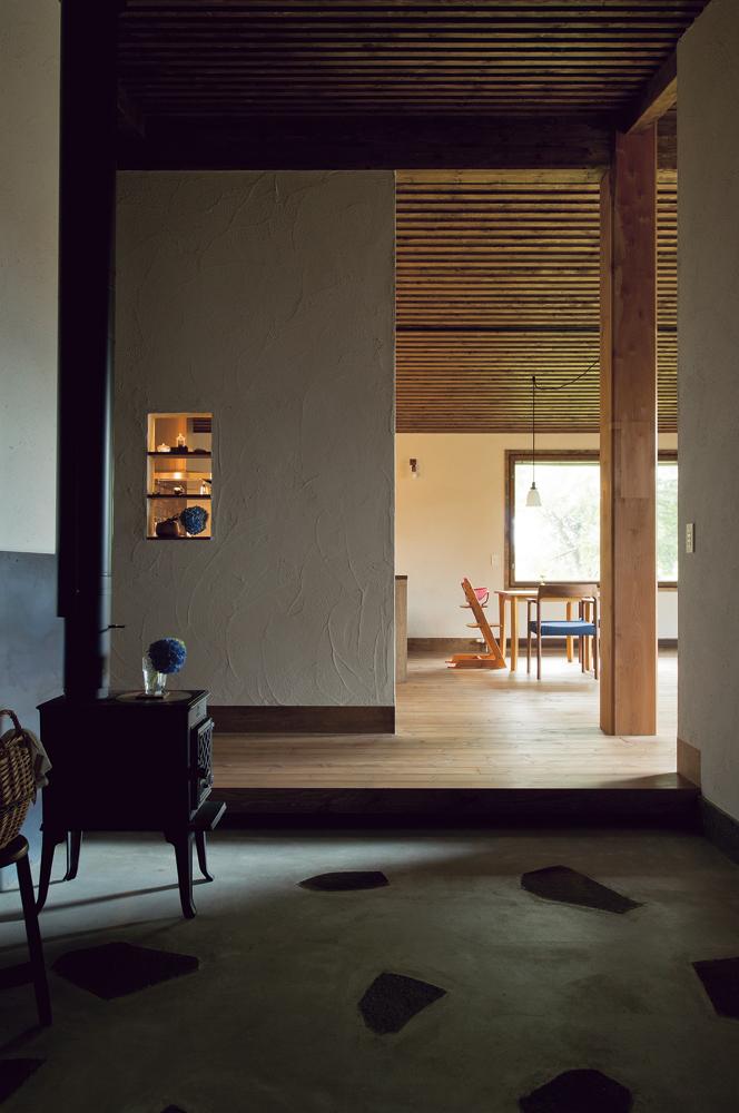 玄関を入るとまず広い土間。建物の住宅性能を高めているので、間仕切りのないオープンな空間でも家全体が暖かい。土間に蓄えられる熱も室内環境の快適性に一役買う