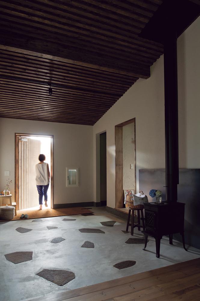 土間は室内として扱い、右に子ども部屋、左に寝室がある。冬は蓄熱により暖かく、夏はひんやりと心地よい