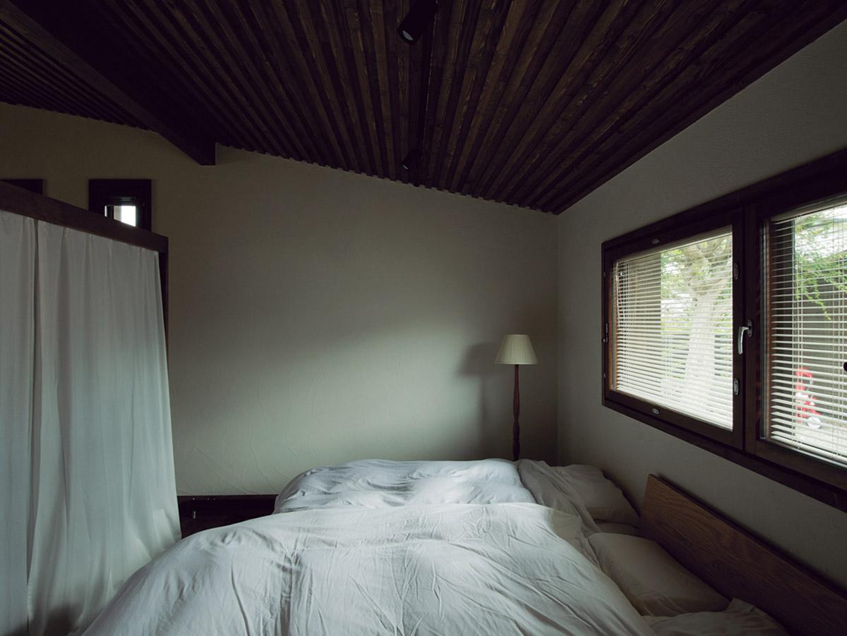 寝室。だんだんと天井が低くなっているが、寝ることが主となるため、むしろ落ち着く空間