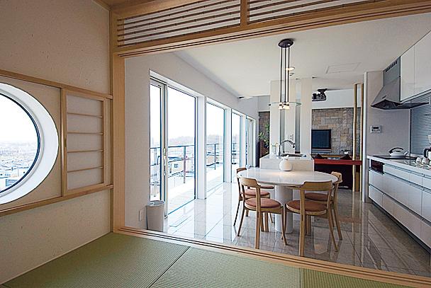 ダイニング横には小上がり。わずか3.5畳ながら、フルオープンになるためLDKの続きとしても使いやすく、襖を閉めれば来客の宿泊にも対応可能。眺めの良い側には丸窓を配し、絵のような景色を楽しめる特等席