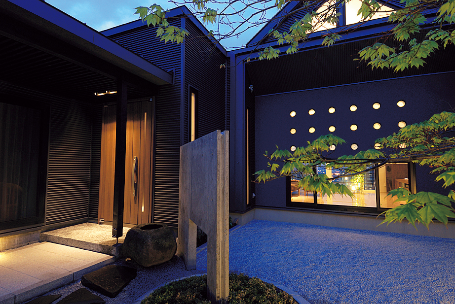リビングの開放的な大開口とは対照的な中庭側の眺め。視界を低く制限することで、静かだが力強い景色が楽しめる。上部の丸いガラスブロックからこぼれる光もここちよい