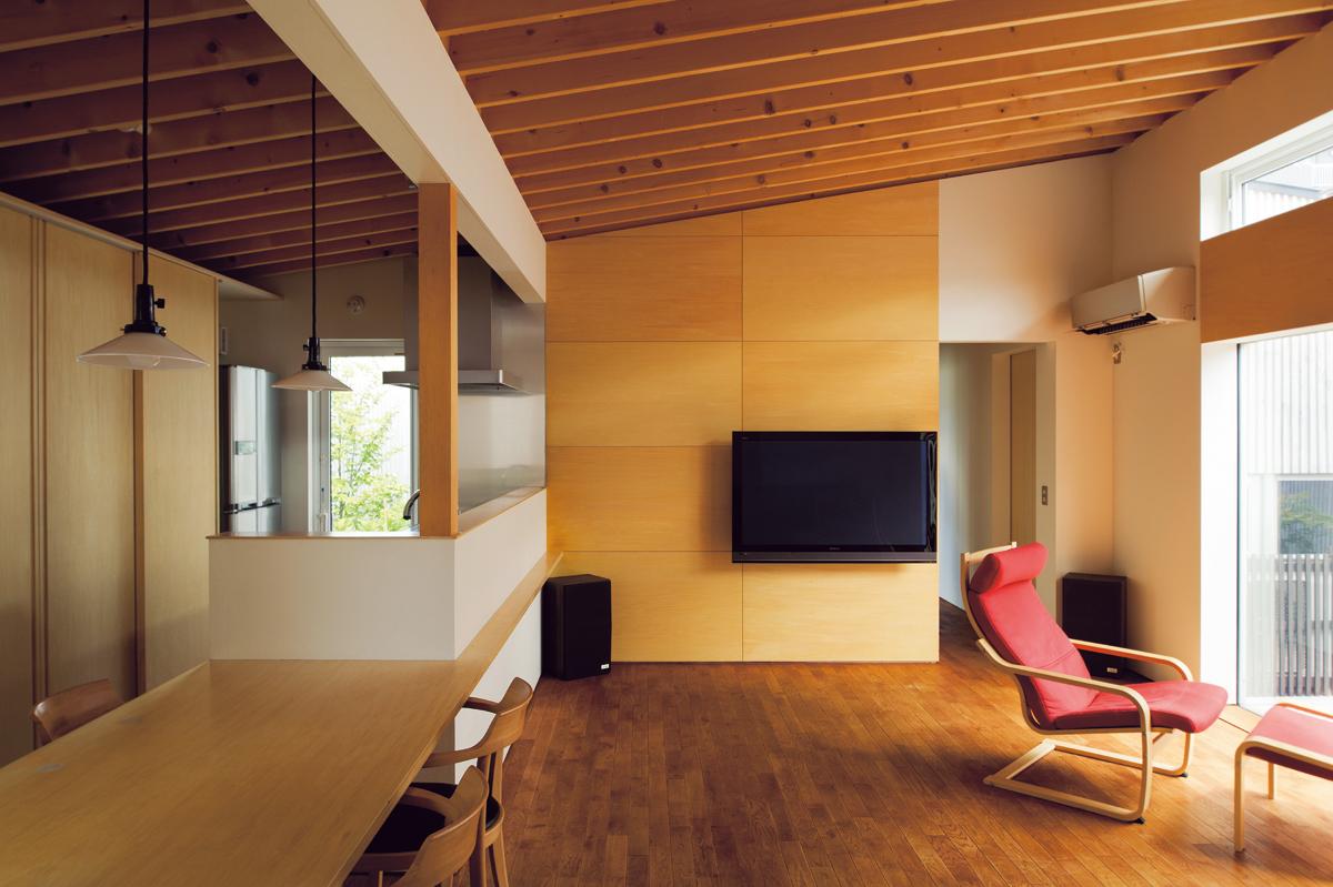 3つの中庭が互い違いに設けられているので、どの部屋も庭と隣り合わせに。構造を現しにしたLDKの天井は、中庭に向かって上げて開放感を増幅