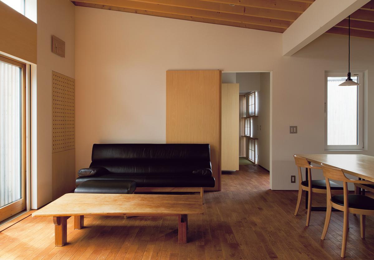 リビングから和室方向を見る。大開口と高窓から自然光がたっぷりと入り、明るい室内