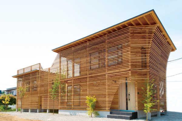 木製ルーバーで囲まれた開放的な空間を持つ住まい