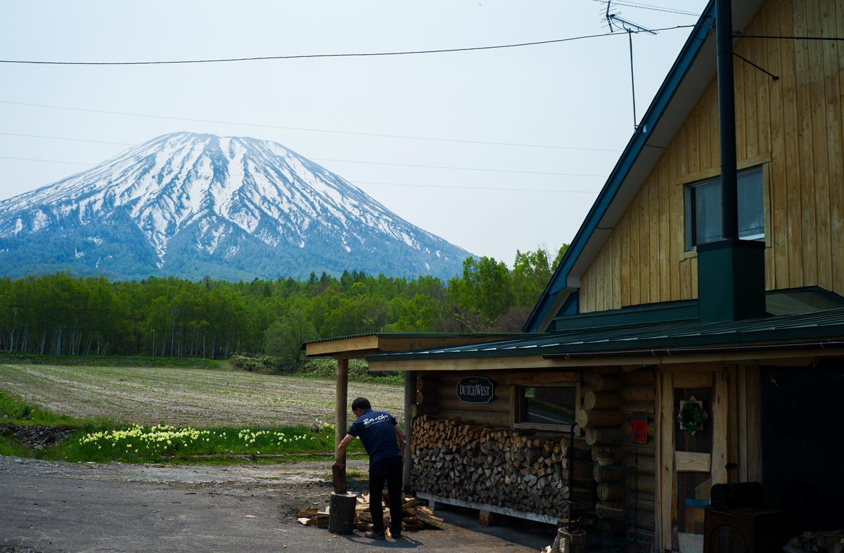 羊蹄山を望む絶好のロケーションに、湯口さんが営む薪ストーブ店はある