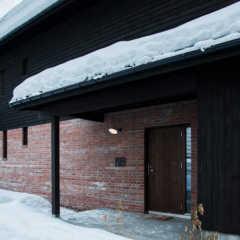 雪国生活にぴったり!の機能的な玄関ポーチ