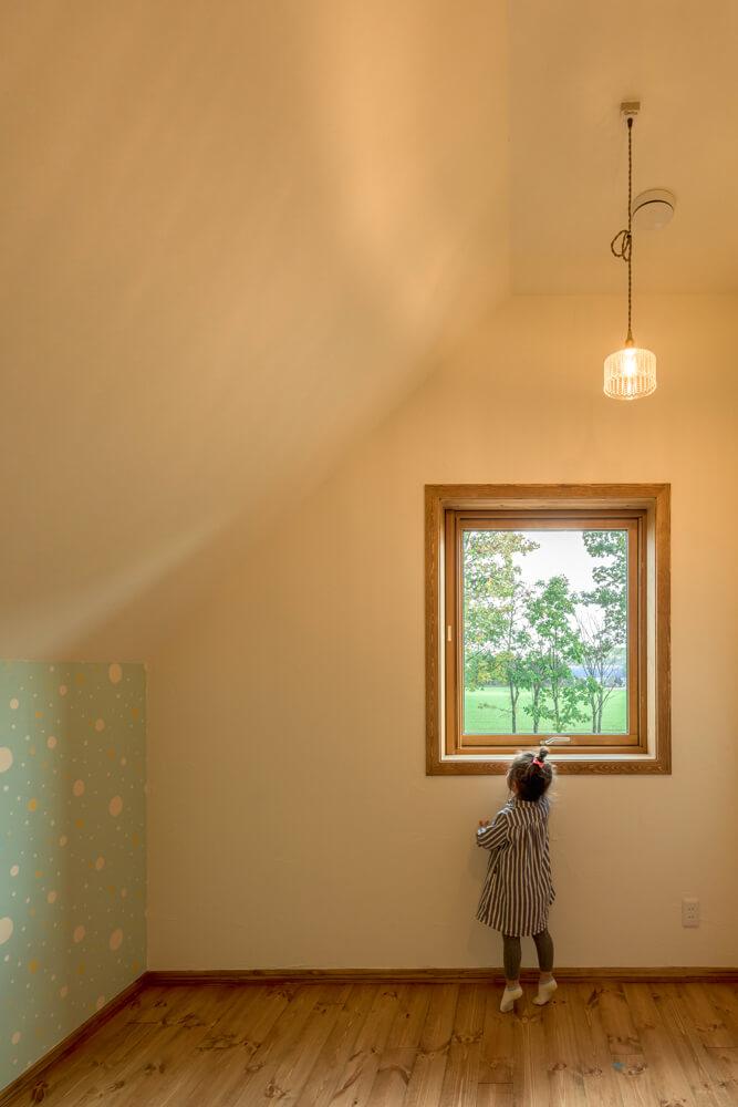 絵本に出てくる屋根裏部屋のような2階子ども室。水色の壁紙は、奥さん自ら輸入した