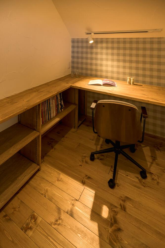 2階の書斎は、Kさんたっての希望でしつらえたもの。造作のデスクや書棚も設けられている。「こもる感じが落ち着きます」とKさん