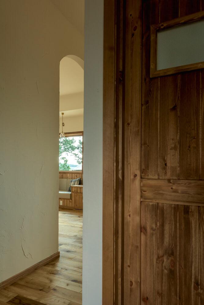 リビングは、2つの玄関から間仕切りなしでつなげ、広がり感をアップ。Kさん宅は、気密・断熱に優れた超高性能仕様なので、冬の冷気が気になることもない