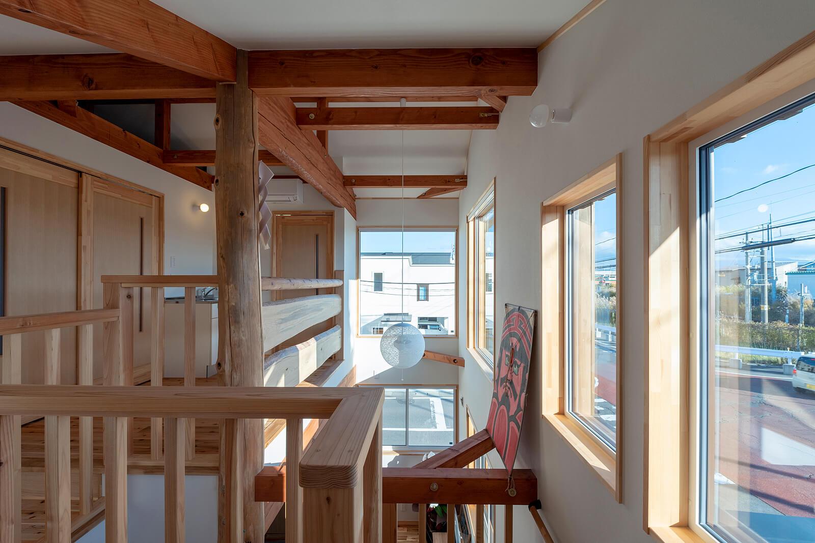 2階にも南と東に開口部を設置。明るさはもちろん八甲田連峰も望める眺望のよさが自慢