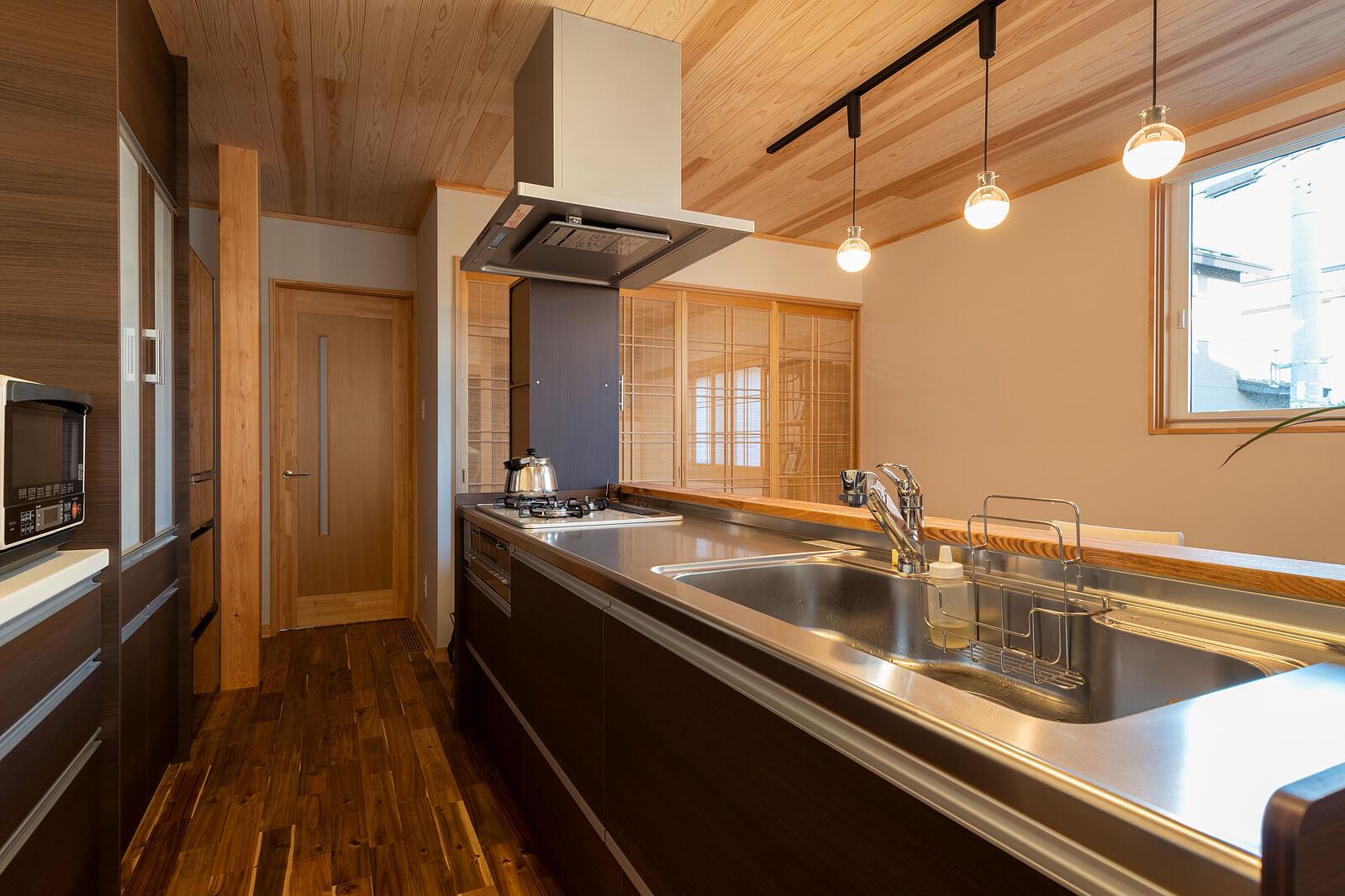 寝室からリビングへ向かう生活動線上にカウンタ ー形式のキッチンを配置。料理をしながら会話も楽し める