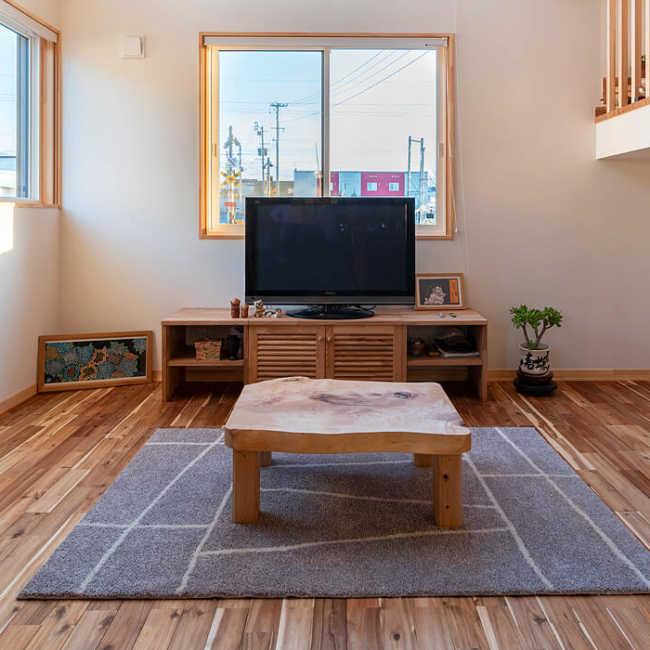 暖房はテレビ台の下に設置されたFF式床下暖房機がメイン。通気口から出る温風で全館をふんわりと暖める