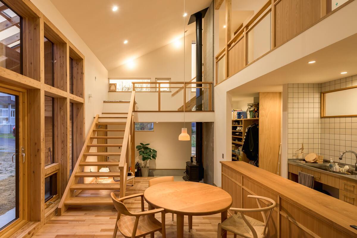 玄関土間、LDK、小上がり、中2階、2階とさまざまな高さを繋げてリズミカルな空間づくり