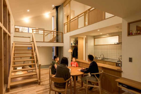 小さな場所で空間を繋ぐさまざまな木が語る家