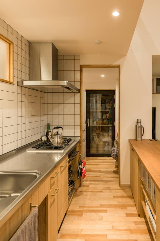 キッチン側と洗面所側の2つのラインで8の字の回遊式になっており、家事動線は抜群