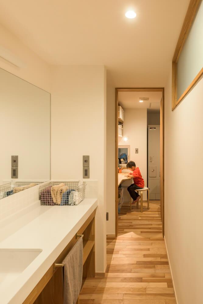 洗面所側からも回遊できる構造。奥には奥さんの作業スペースの小部屋も確保