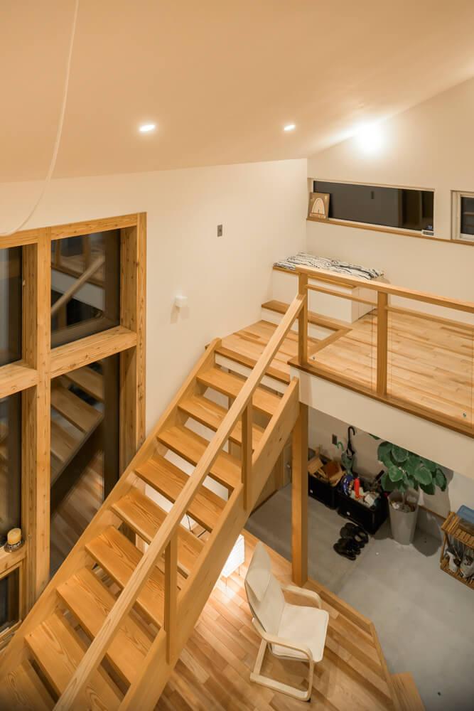 中2階の一角には設備機器スペースを利用したベンチを設置し、ちょっとした休憩も