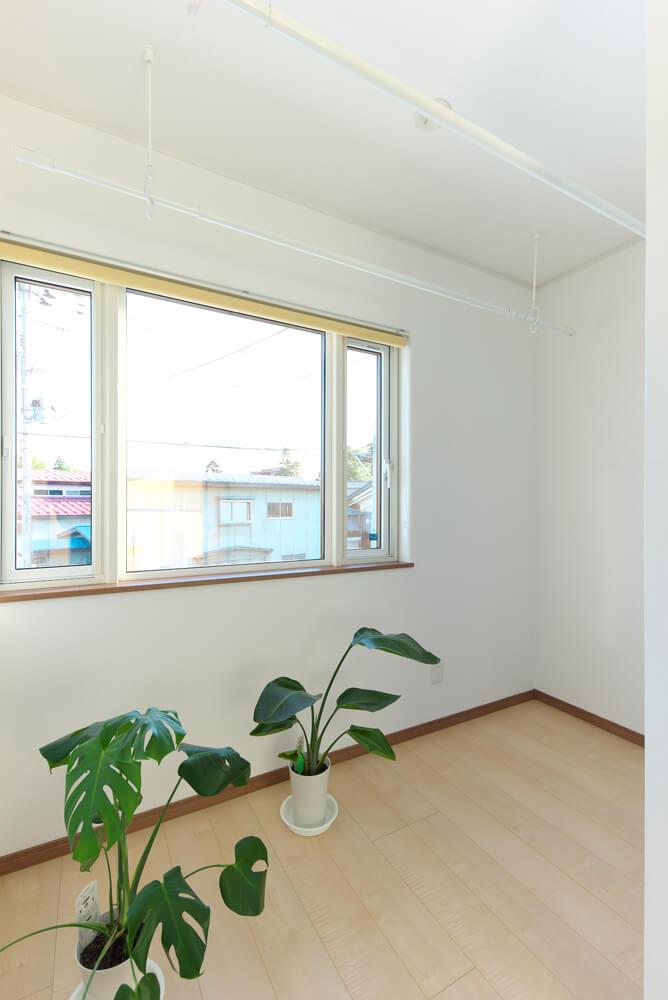 2階には洗濯物を干したりと活用している、冬でもポカポカと心地よいサンルームがある