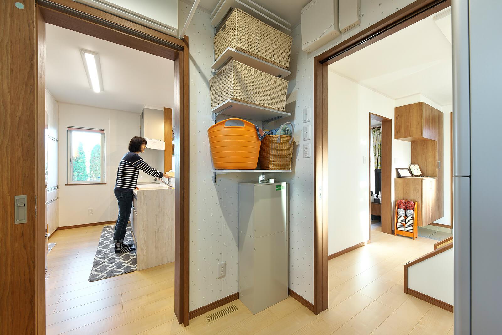 ユーティリティからは右手に玄関、左手にキッチンが見える。回遊式動線で使いやすい
