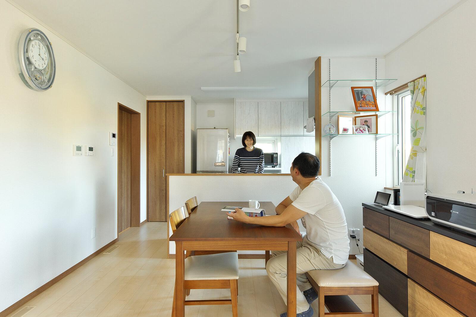 カウンター式キッチン越しに家族の会話がはずむ。奥の食器棚も同社の標準装備