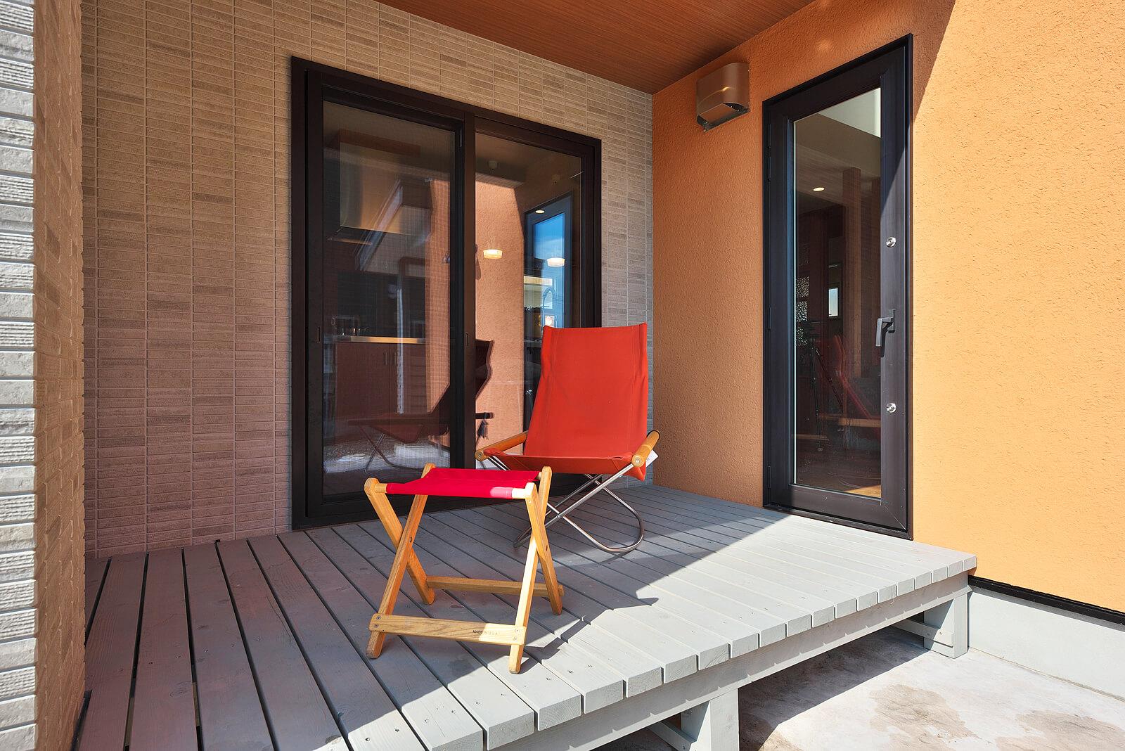 コの字型に囲まれたウッドデッキは室内3方向からの出入りが可能