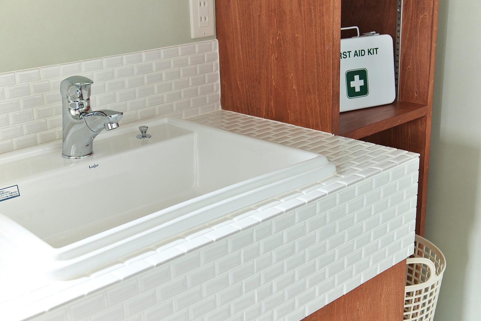 タイルをあしらった造作の洗面台はナチュラルで優しい雰囲気