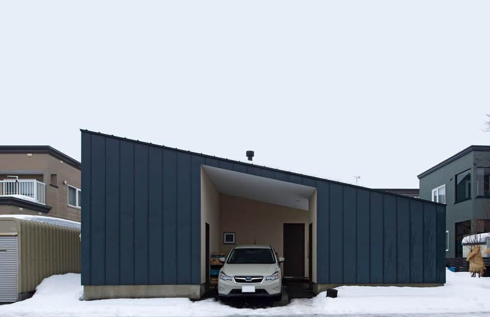 建物の一部にすっぽり納まっているガレージと玄関ポーチ
