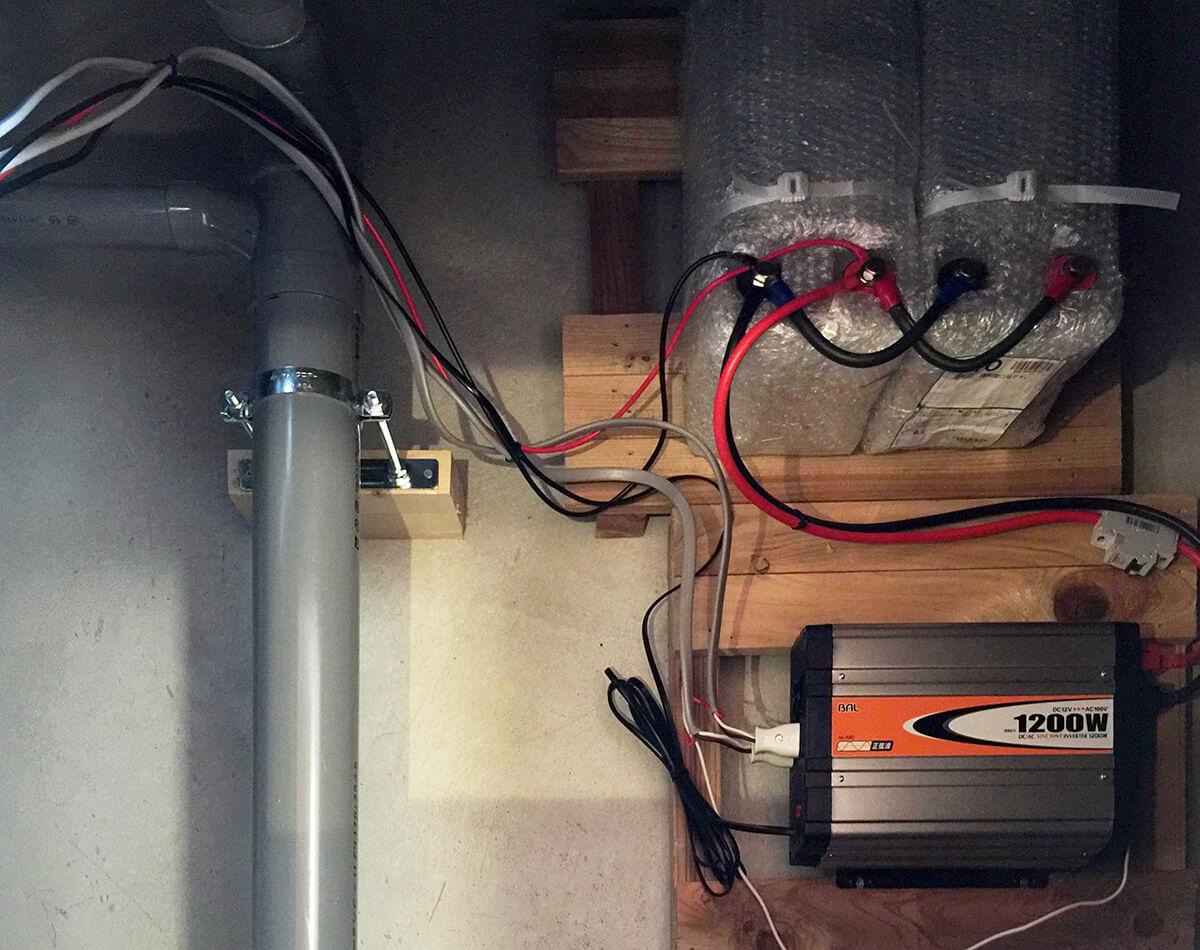 床下にはコンバーターと蓄電池