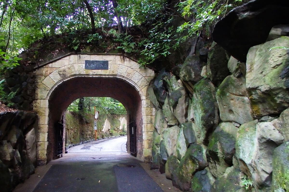 庭園入口のジブリにも出てきそうな風情のあるトンネル。「琅玕洞(ろうかんどう)」。大山崎山荘