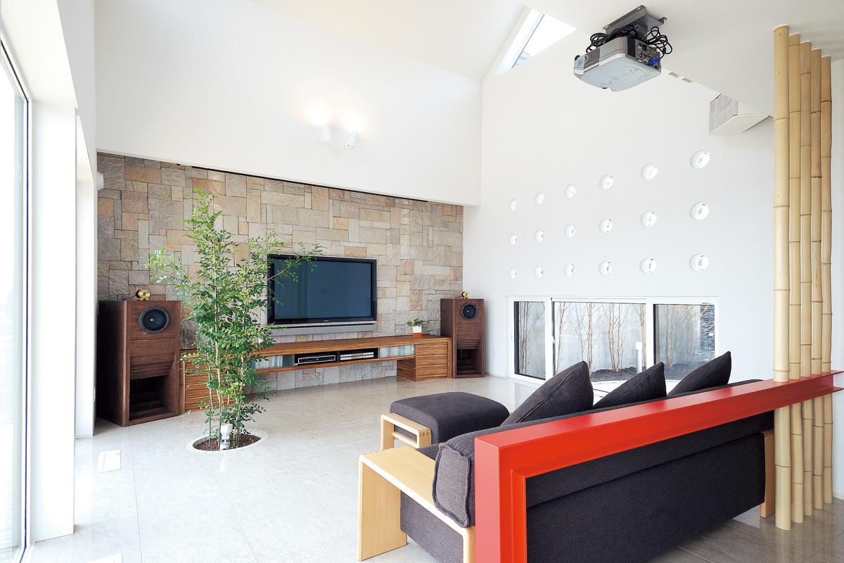 明るく開放的なリビング。吹き上げの天井や光の取り込み方で、実際の面積よりも広く感じる。床には室内で緑を楽しめる遊び心ある仕掛けも