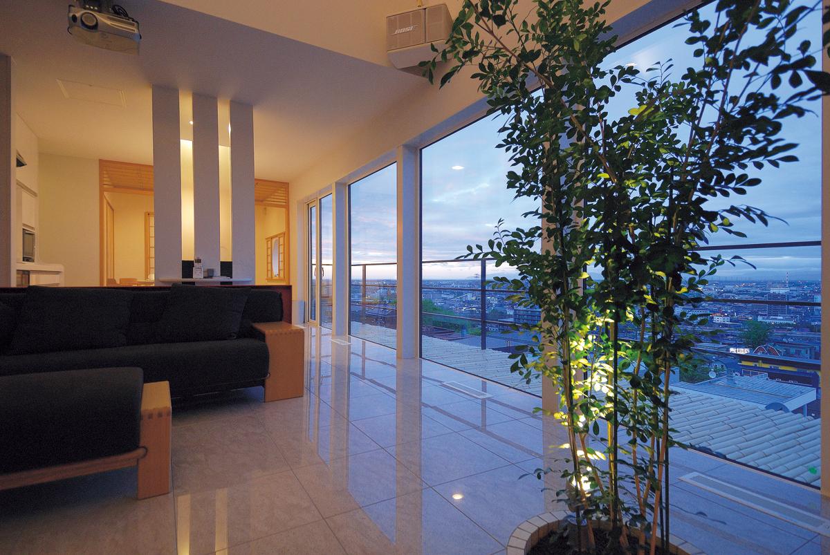 断熱性能に優れた窓を使用することで、眺望を存分に室内に取り込んだリビング。立地の特性を生かした浮かぶような竹テラスも印象的