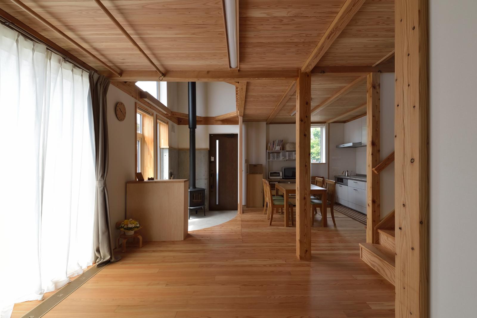 ワンルーム式の開放的なLDK。リビングは予備室も兼ねている。取り外し可能な間仕切り扉を使えば、客間に早変わり。専用の扉収納スペースが設けられているので、普段はすっきりとした空間を保つことができる