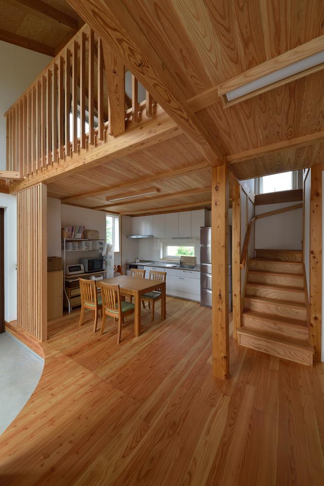 「家事をしながら景色を見たい。また、スペースを有効活用したい」という奥さんの希望で、キッチンは壁付けに。階段下のスペースには物入れやトイレが設けられている