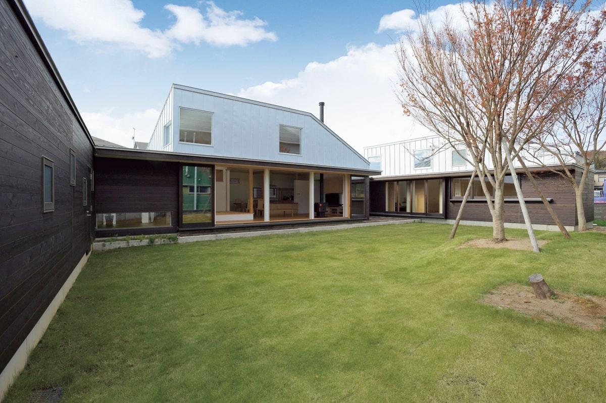 中庭からLDKを見る。3つのブロックに分けられた空間はそれぞれに異なる屋根形状を持ち、家族が集うメインのパブリックブロックは吹き上げになっている