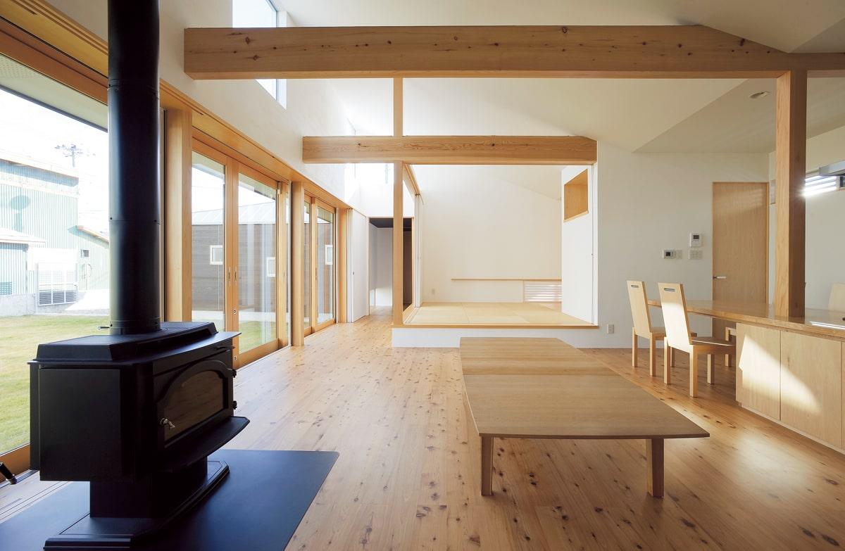 リビングから玄関方向。斜めに吹き上げた天井を生かしハイサイドライトを設けた。季節や時間の経過とともに、空間に導かれる光も変わっていく