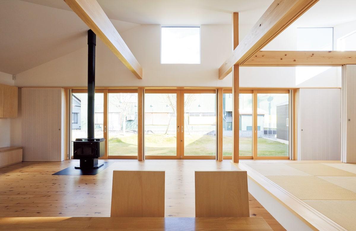 キッチンに立つと正面にはゆとりのある中庭。中庭によって外部とのつながりが強まり、3方を囲まれているためプライベート感も高い