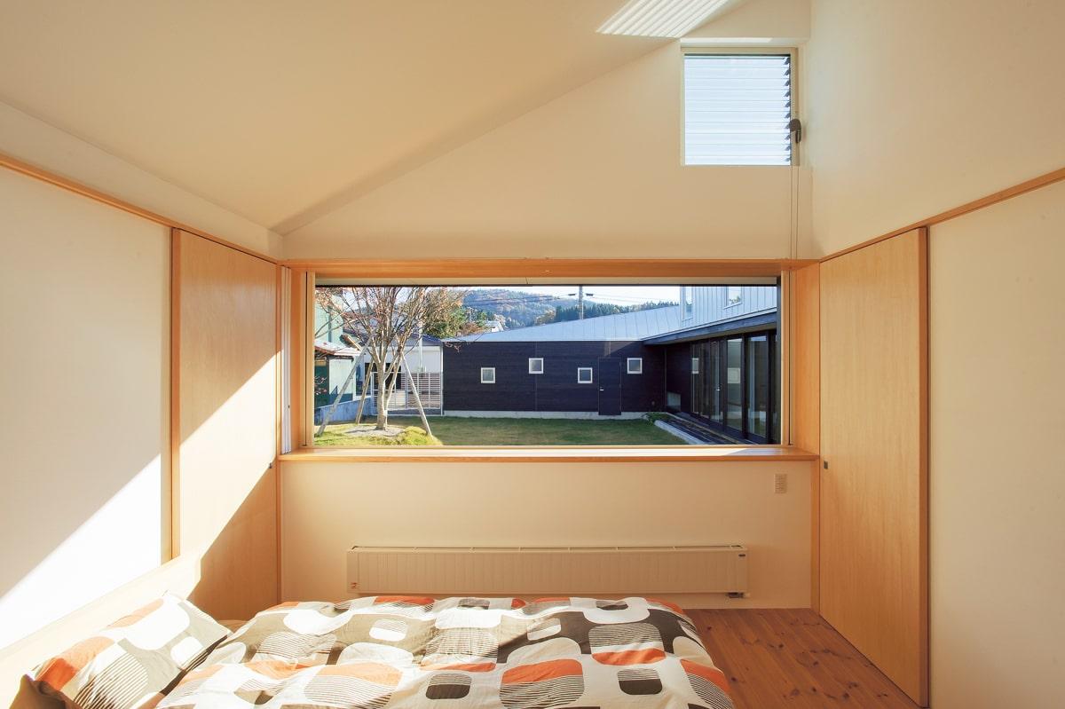 プライベートブロックの一番奥にある寝室。窓から美しい庭とストレージブロック・パブリックブロックが見渡せる配置
