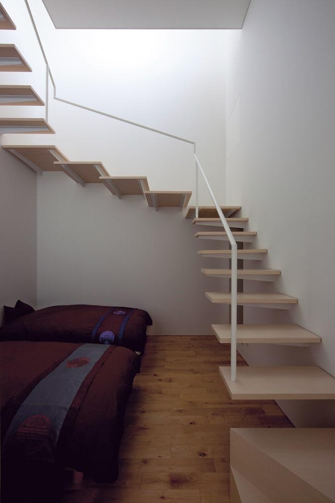 寝室から2階へ。まるで塔を上っていくような感覚