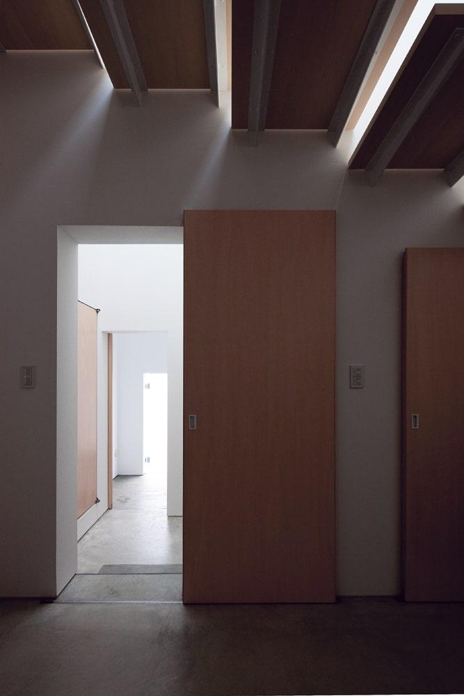 応接室から上階の客間へと向かう階段。浮いているかのような軽やかな段板と降り注ぐ光が美しい