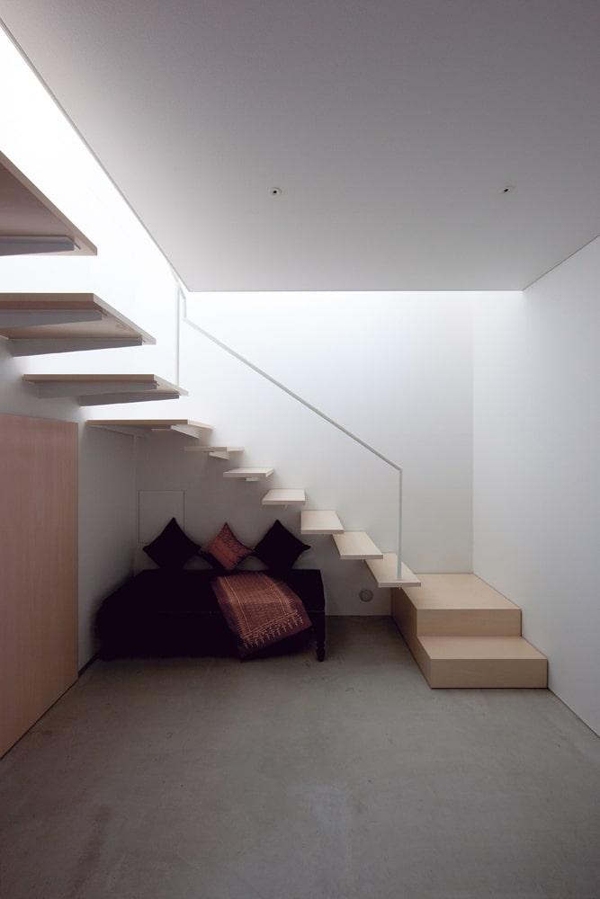 応接室からホール、玄関方向。ホールが内外の緩衝空間となり、光も温度も緩やかに変化していく